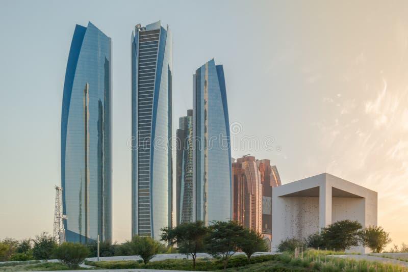 Мемориальн Абу-Даби города, красивого вида известных башен Etihad и шейха Zayed Основателя стоковые фотографии rf