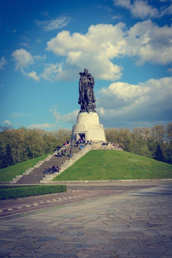 Мемориал для советских солдат в парке Treptower в Берлине Германии стоковая фотография rf