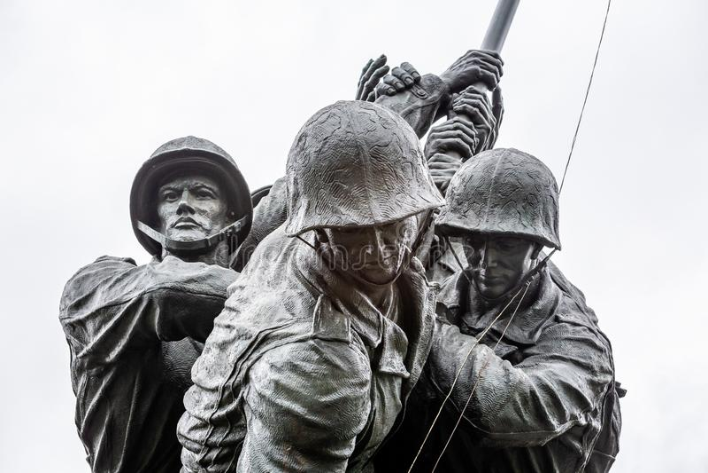 Мемориал морской пехоты США, изображающий флаг, высаживаемый на Иво Джиме во второй мировой войне в Арлингтоне, Виргиния, США стоковое изображение