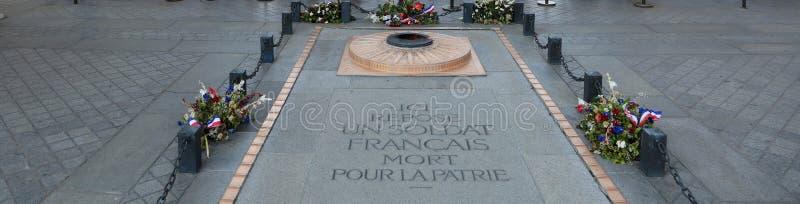 Мемориал Неизвестного солдата под Триумфальной Аркой в Франции стоковые изображения rf