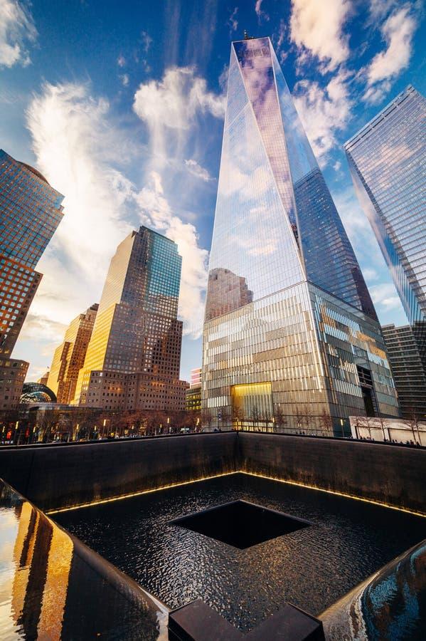 Мемориал эпицентра с одним всемирным торговым центром в backgrou стоковое изображение