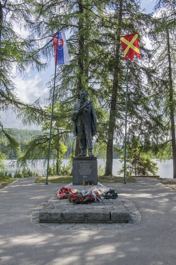 Мемориал SNP, Strbske Pleso/Словакия - 9-ое июля 2017: Скульптура в памяти о солдатах установила следующее Strbske Pleso в высоко стоковая фотография rf