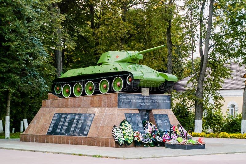 Мемориал к советским солдатам танка T-34 упаденным в городке Medyn, зоны Kaluga, России стоковые фото