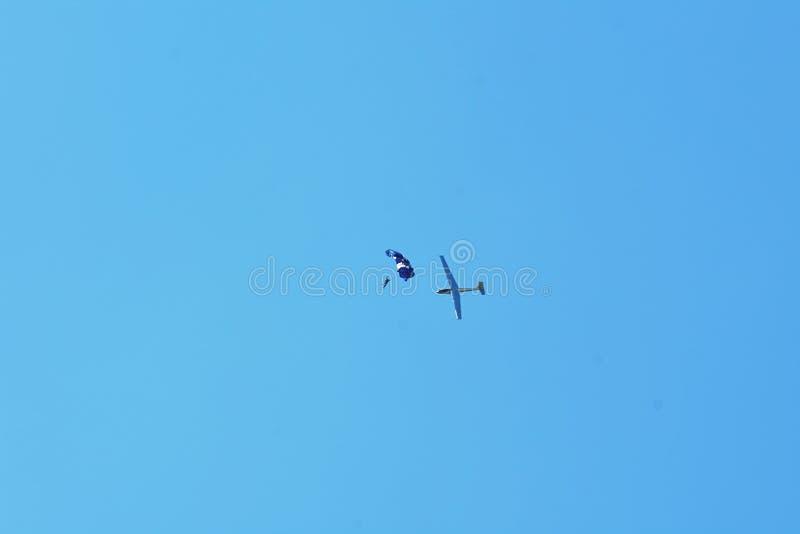 Мемориальное Airshow Позвольте планеру L-13 Blanik, sailplane с parachutist или skydiver стоковая фотография