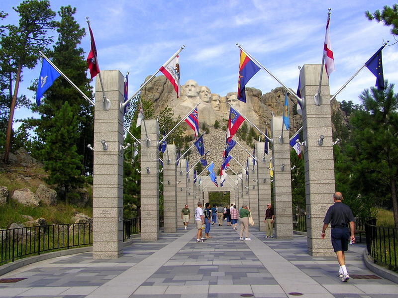 Мемориал Mount Rushmore и бульвар флагов стоковое фото rf