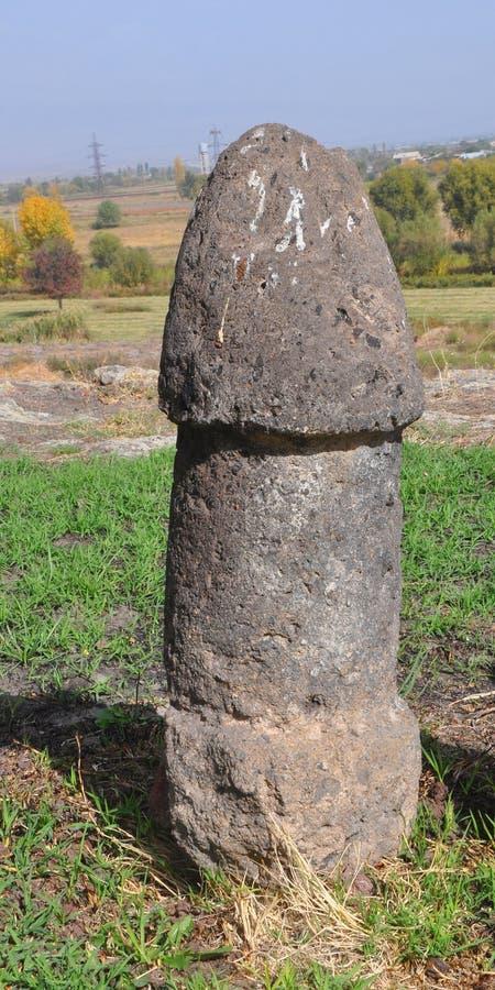 Менгир - это фаллический символ на крепости Метсамор Армения стоковые изображения