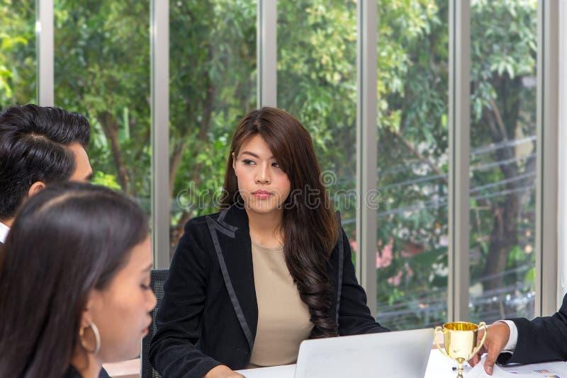 Менеджеры усилены в работе команды Молодая женщина делает стоковые изображения rf