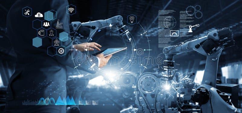 Менеджер в технических деятельности промышленного инженера и робототехнике контроля стоковая фотография