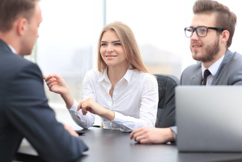 Менеджер женщины связывает с клиентом стоковое фото rf