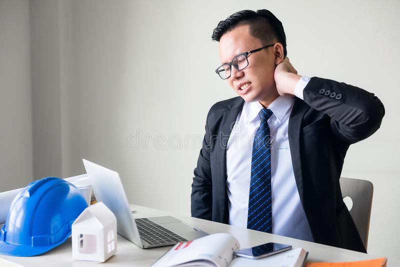 менеджер инженера дела страдает боль шеи стоковая фотография rf