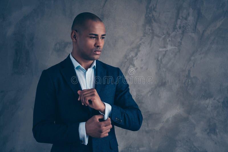Менеджер портрета первоклассный шикарный потревожился касание мечты агента мечтательное модный взгляд куртки думает внимательные  стоковые изображения