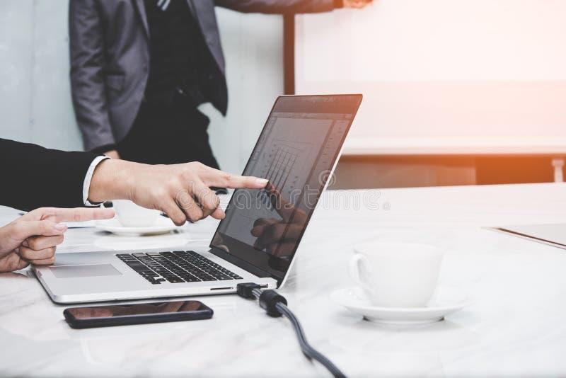 Менеджер представляя whiteboard к его коллегам и работе команды дела обсуждает финансовый отчет в офисе стоковые фото