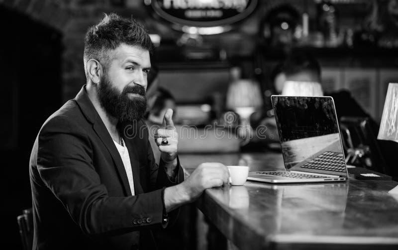 Менеджер работает онлайн, наслаждаясь кофе Hipster freelancer работает онлайн блог ноутбук Интернет для серфинга Задание в Интерн стоковые изображения rf