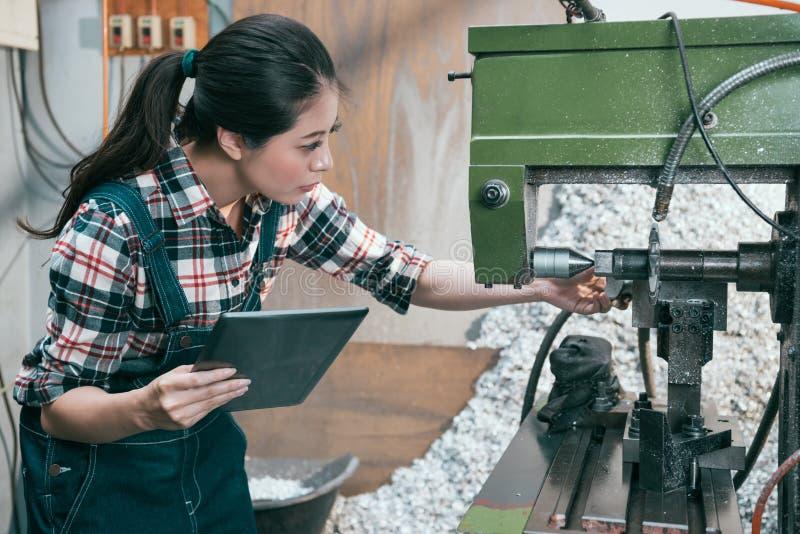Менеджер работника токарного станка держа передвижной компьютер пусковой площадки стоковое фото rf