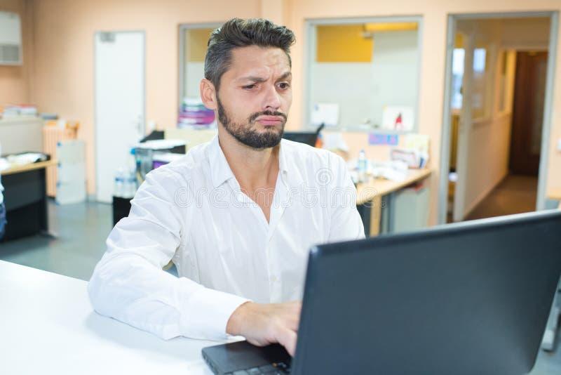 Менеджер склада, работающий с ноутбуком на большом складе стоковые изображения