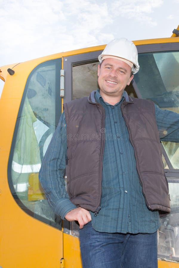 менеджер человека конструкции стоя на строительной площадке стоковое фото rf