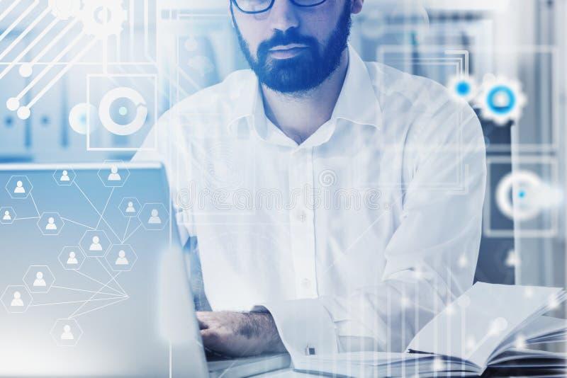 Менеджер HR в офисе, социальном сетевом интерфейсе стоковые изображения rf