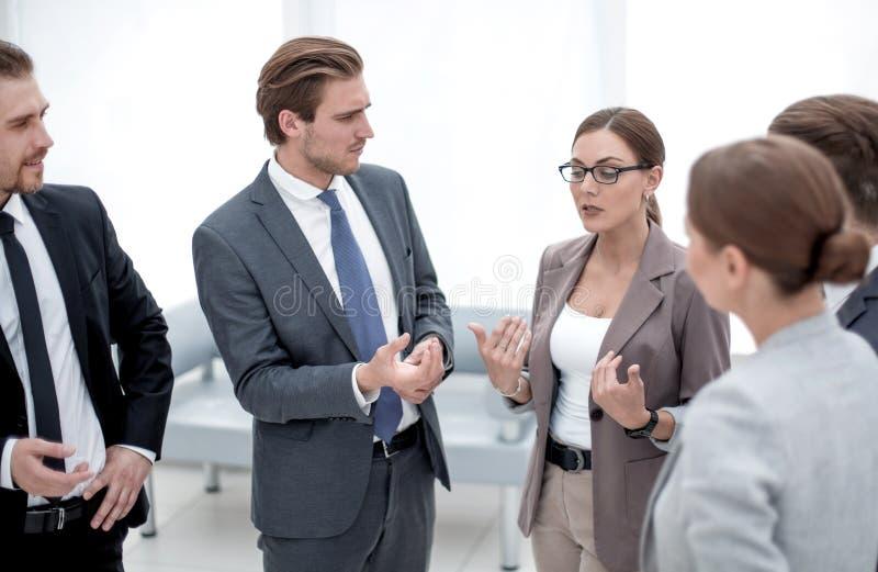 Менеджер HR разговаривает с работниками компании стоковое изображение rf