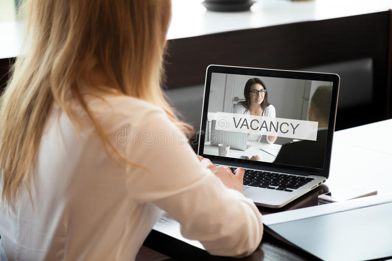 Менеджер HR раскрывает доступную вакансию компании, предложение о работе онлайн, cl стоковая фотография rf