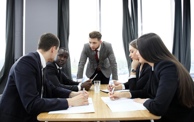 Менеджер выкрикивая на его работниках на встрече Компания в рецессии стоковые фотографии rf