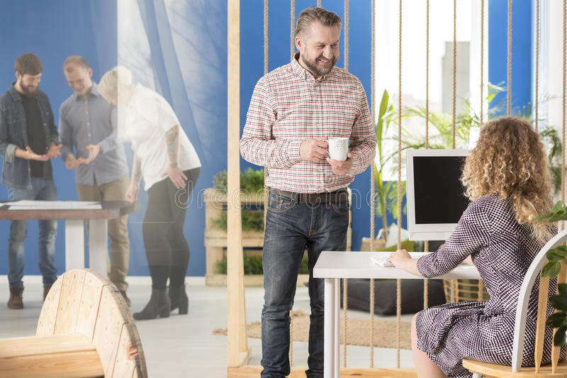 Менеджер говоря к его работнику стоковые изображения