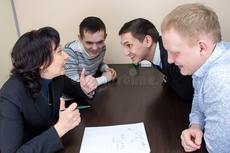 Менеджер и работники в офисе стоковое изображение
