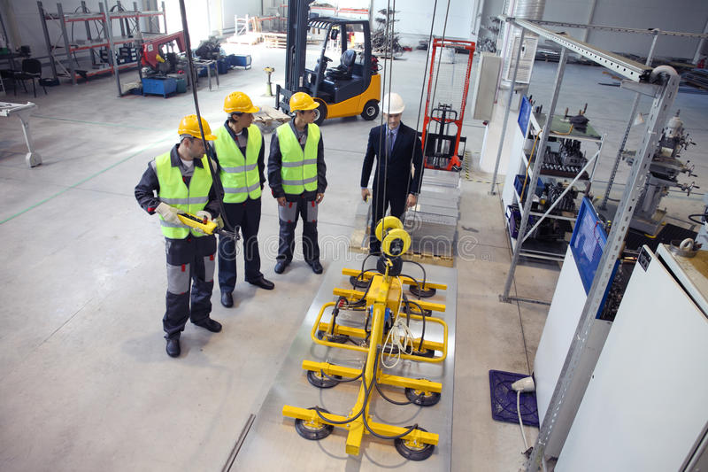 Менеджер и работники на фабрике стоковое изображение rf