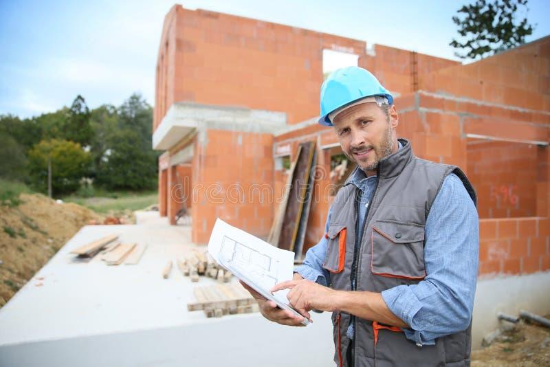 Менеджер конструкции проверяя установку здания стоковая фотография rf