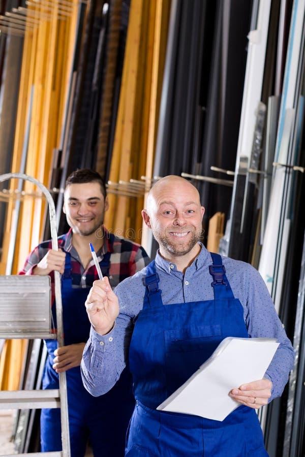 Менеджер на фабрике окон PVC стоковые изображения rf