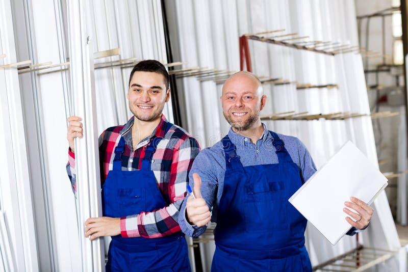 Менеджер на фабрике окон PVC стоковые фото