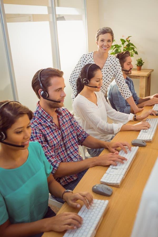 Менеджер помогая штатам в центре телефонного обслуживания стоковая фотография rf