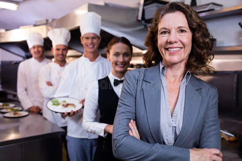 Менеджер ресторана представляя перед командой штата стоковые изображения rf