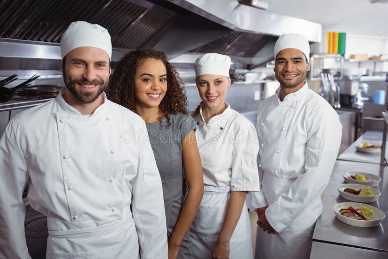 Менеджер ресторана с его штатом кухни стоковое фото