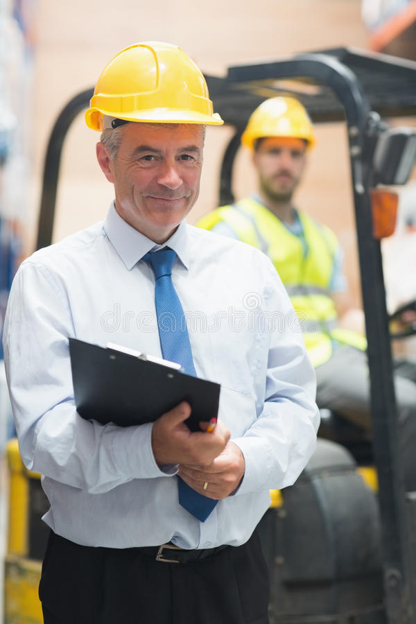 Менеджер стоя перед его работником стоковые фотографии rf