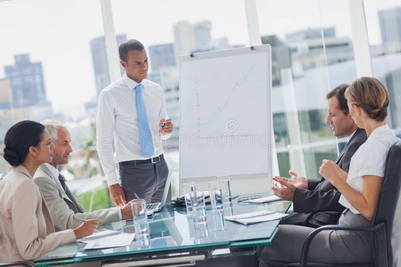 Менеджер стоя перед коллегами стоковая фотография rf