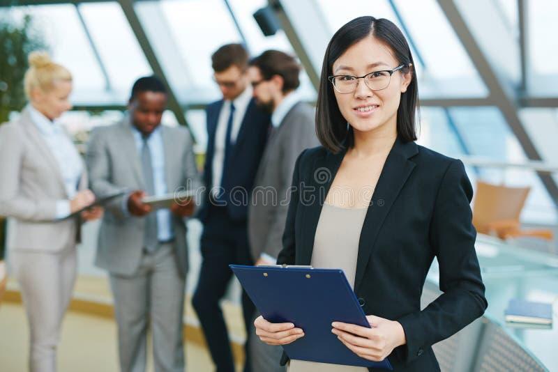 Менеджер с доской сзажимом для бумаги стоковое изображение rf