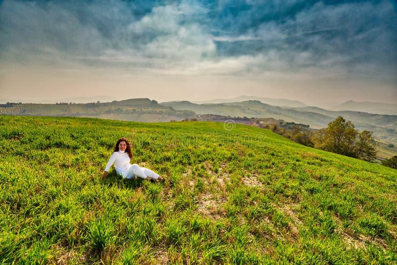 Менопаузальная женщина на зеленом холме стоковое изображение