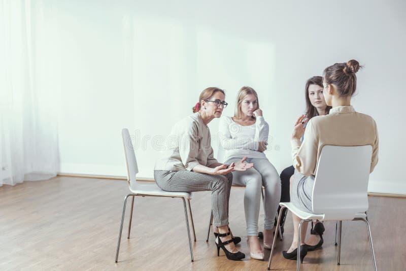 Ментор и коммерсантки во время мастерской с консультацией и методом мозгового штурма стоковое изображение rf