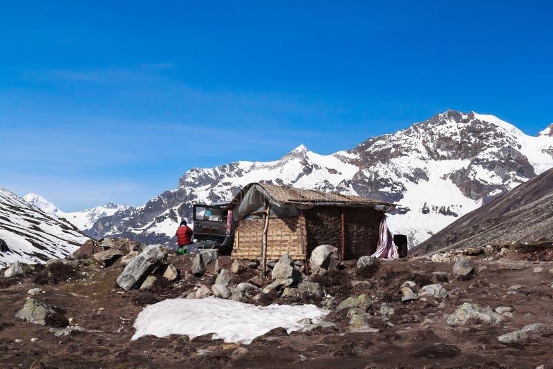 Меньшая гора снега дома и виллиса стоковая фотография rf