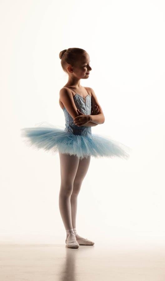 Меньшая девушка балета в балетной пачке стоковые фото