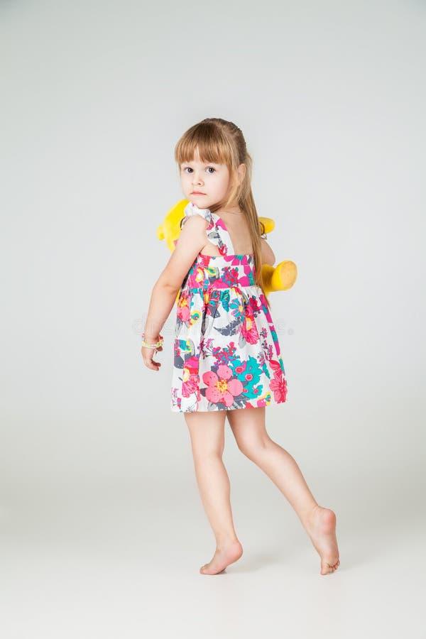 Меньшая девушка моды в красивый представлять платья стоковые фото