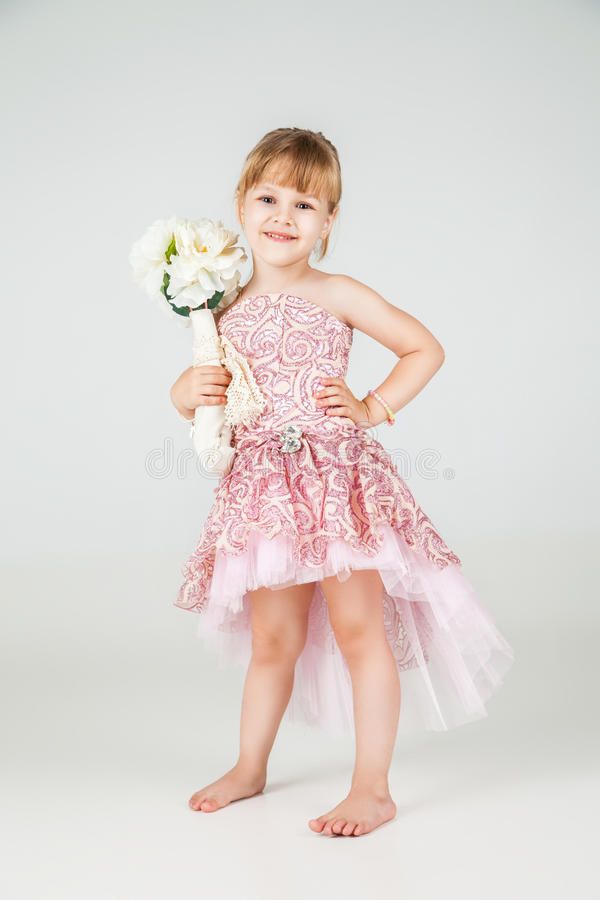 Меньшая девушка моды в красивый представлять платья стоковое фото rf