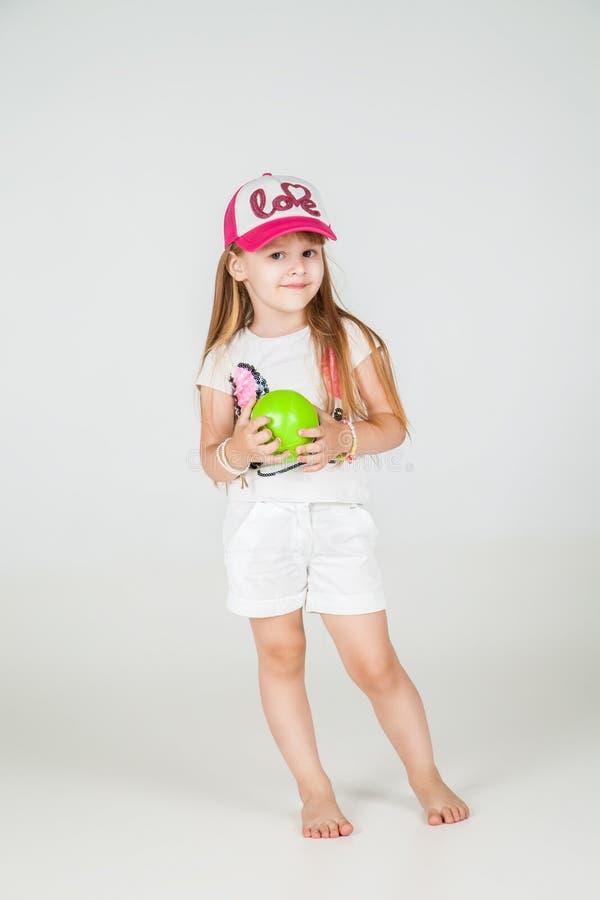 Меньшая девушка моды в представлять носки спорта стоковая фотография