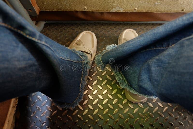 меньшая нога на шине на Бангкоке Таиланде стоковое фото rf
