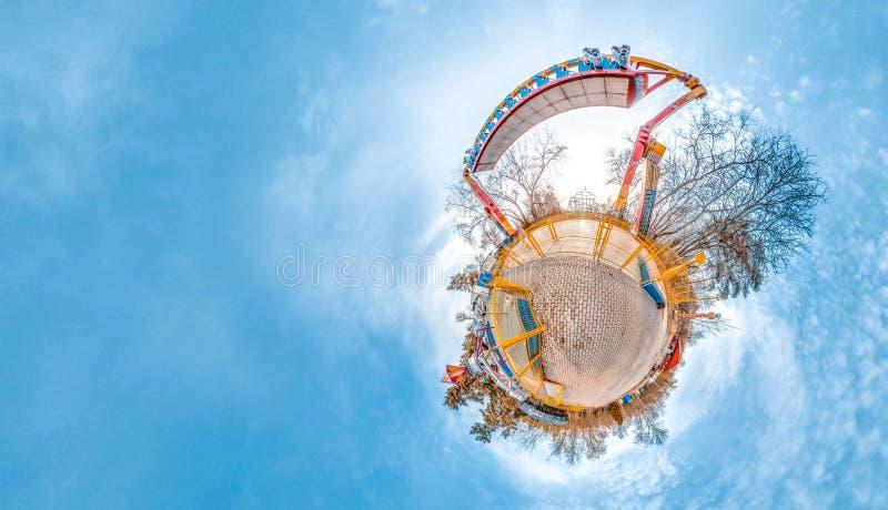 Меньшая планета с парком атракционов, деревьями и холодным небом blye предпосылка славная стоковая фотография