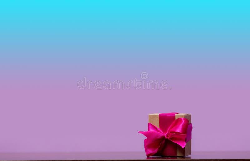 Меньшая подарочная коробка на таблице стоковые фотографии rf