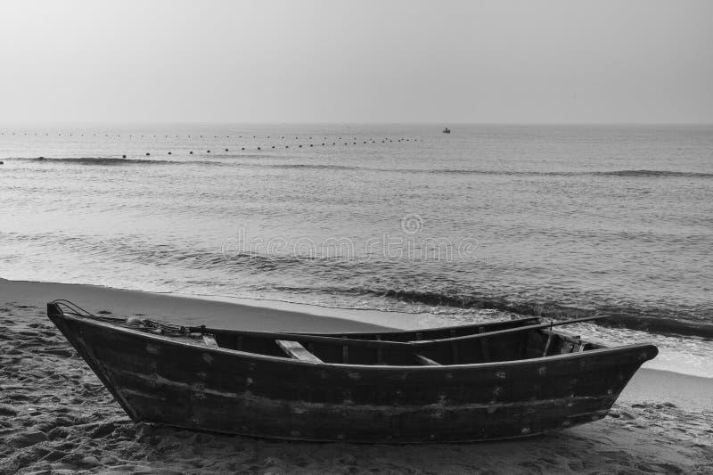 Меньшая рыбацкая лодка лежа на пляже стоковые фотографии rf