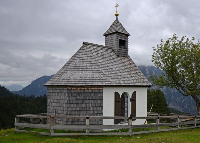 Меньшая церковь в Альпах, Австрия стоковые изображения rf
