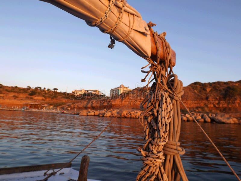 Меньшая handmade шлюпка на море стоковое изображение rf