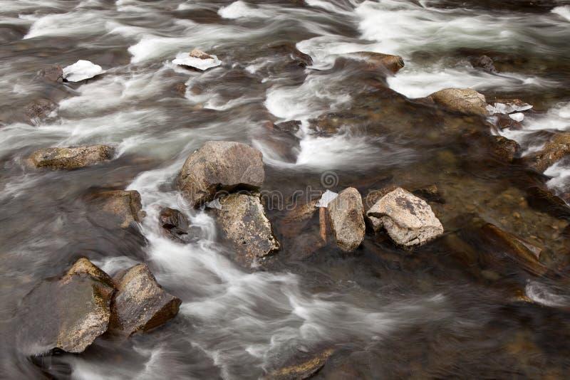 Меньшее река в больших закоптелых горах стоковые изображения